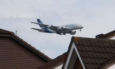 Pasażerom, którym odwołano lot, przysługuje prawo do posiłków i noclegu. Odszkodowania nie otrzymają, jeśli odwołano go z przyczyn nadzwyczajnych