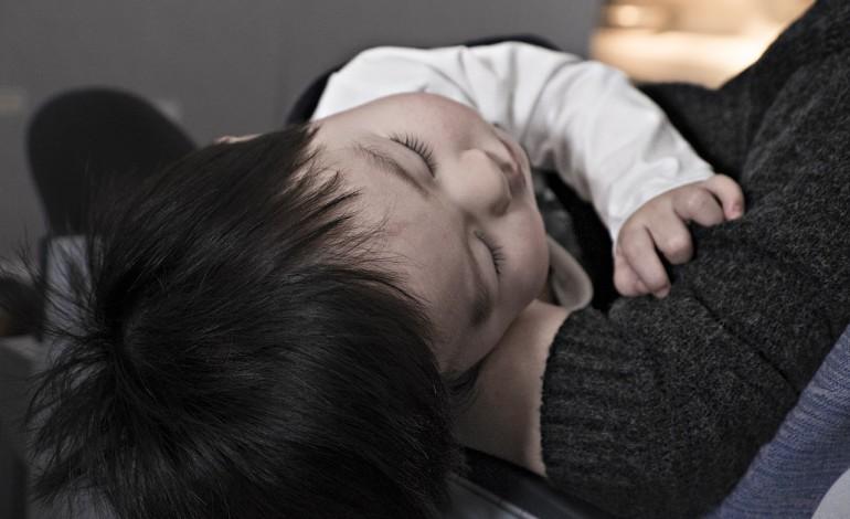 Rodzicom chorych dzieci przysługuje zasiłek opiekuńczy do 60 dni w roku kalendarzowym. Świadczenie dostanie też opiekun chorego dorosłego, ale przez maksymalnie 14 dni