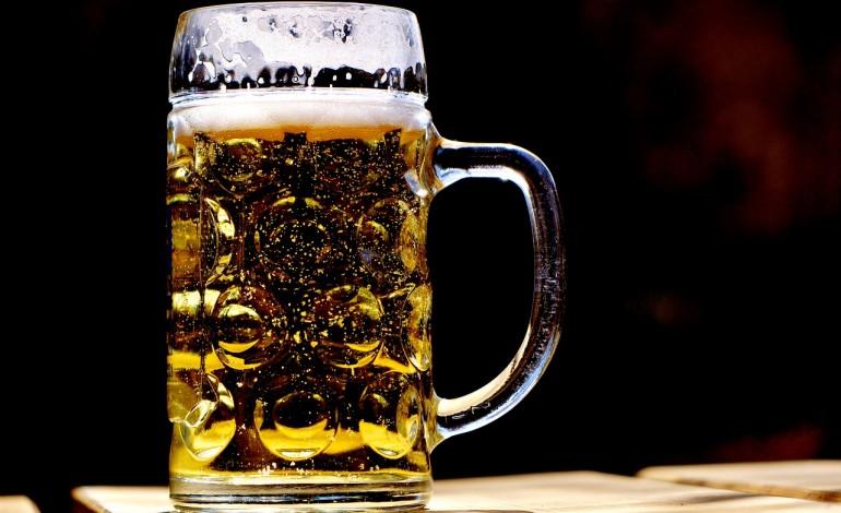 Resort zdrowia chce walczyć z nadmiernym spożyciem alkoholu i planuje ograniczyć reklamę piwa