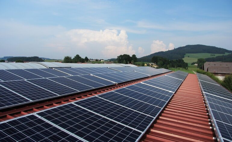 Dachy z instalacją fotowoltaiczną mogą stwarzać zagrożenie pożarowe. Zastosowanie istniejących przepisów niweluje to ryzyko